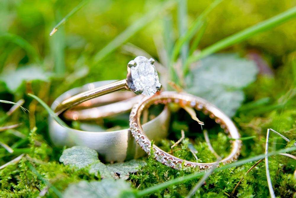 — magificient wedding ring in grass —