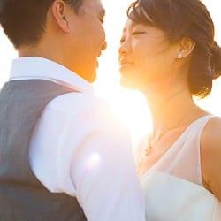 couple kissing natural sun light