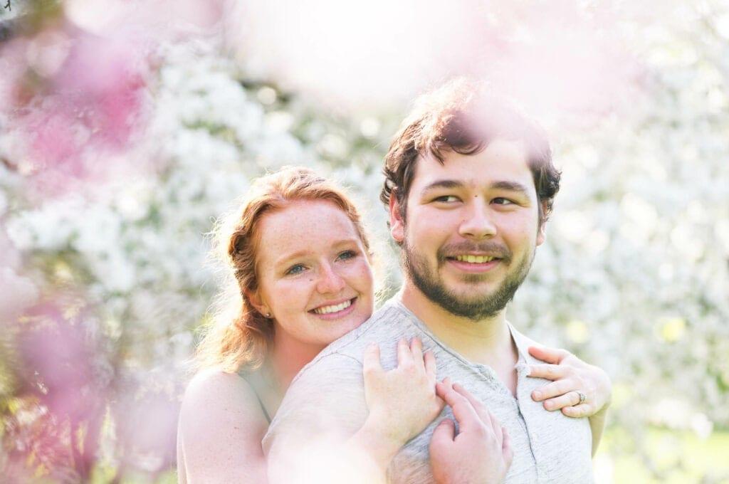 03 spring photo session couple in flowers